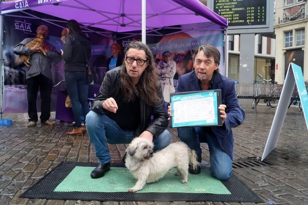 Afbeelding van Herman Brusselmans Herman Brusselmans en Eddie ambassadeurs van GAIA's Pootitie-zomertourneecampagne tegen proeven op honden en katten., publicatie: GAIA, datum: 02-08-2016
